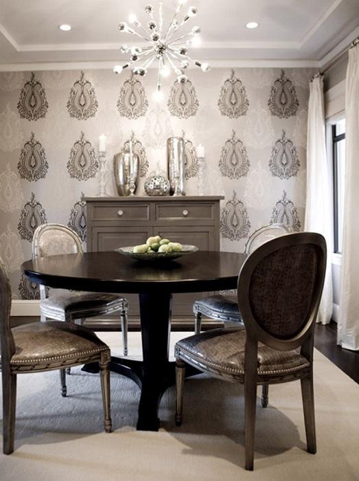 Дизайн столовой стал привлекательным благодаря обоям с интересными рисунками.