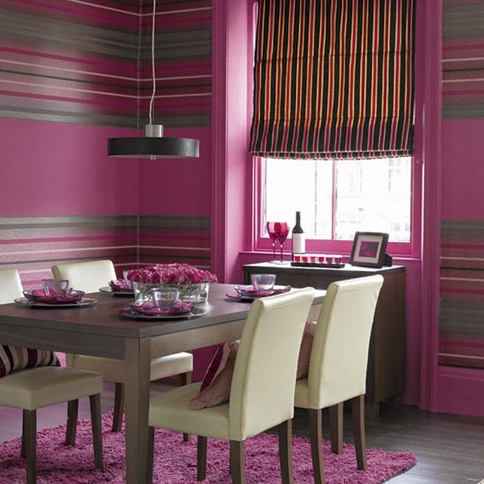 Красивый интерьер столовой украшен лиловыми обоями.