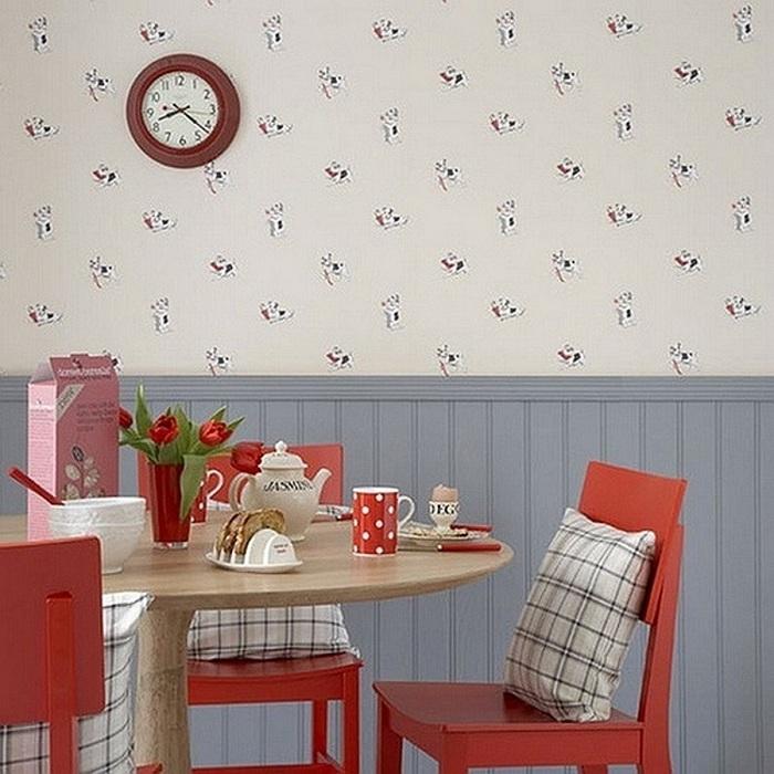 Удачный пример простого декора столовой с обоями с незамысловатыми рисунками.
