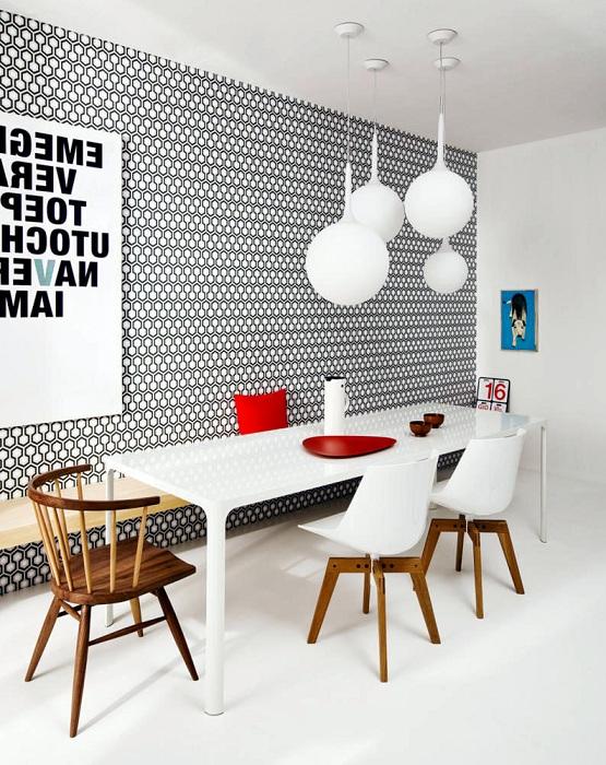 Стильный интерьер столовой с симпатичными черно-белыми орнаментами.