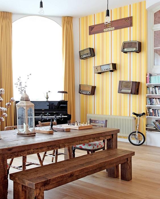 Дизайнерское решение украсить столовую желтыми яркими обоями.