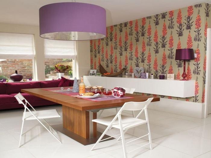 Симпатичный интерьер столовой с необычными обоями.