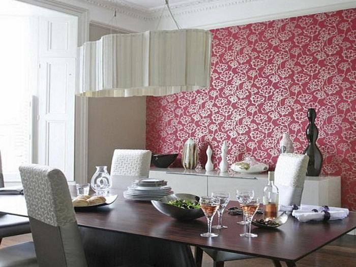 Обои алого цвета в столовой создадут необыкновенную обстановку.