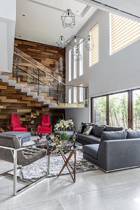 Интересный вариант оформления дома с просторными комнатами, что понравится точно.