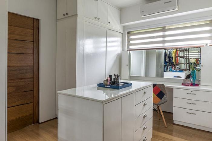 Удачное оформление гардероба что позволит сэкономить полезную площадь в доме и оптимизирует пространство.