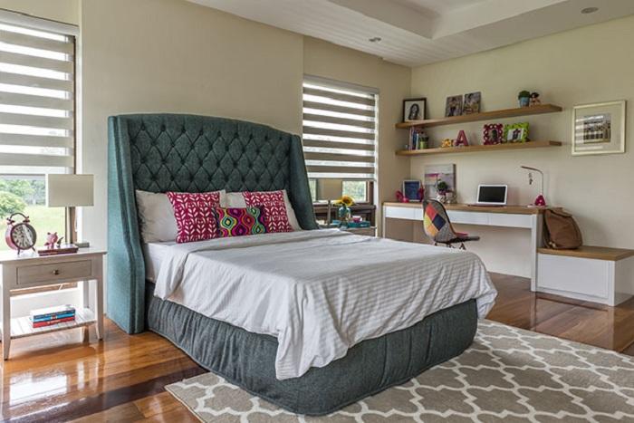 Красивый интерьер в комнате, оформлен специально для девочек, то что понравится точно.