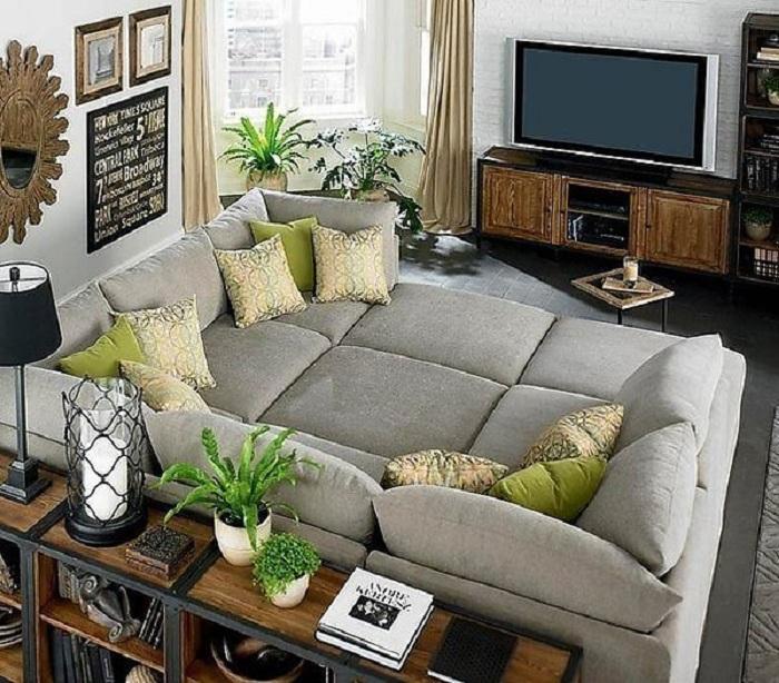 Хороший вариант разместить большой диванчик около телевизора, что создаст отличную зону для отдыха и комфорта.