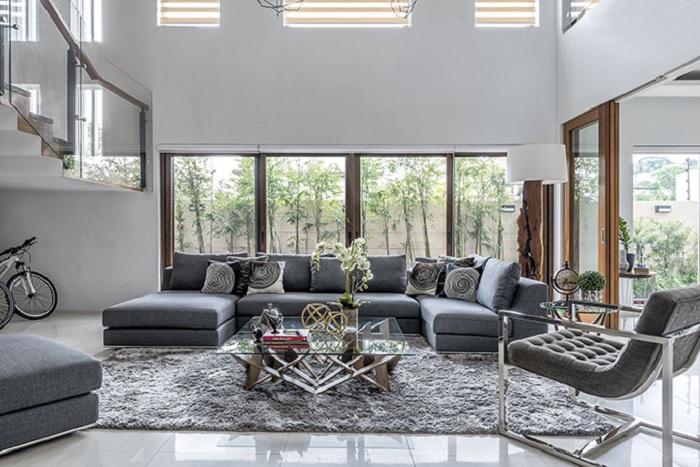 Прекрасный вариант оформления П-образного дивана, который добавляет интересных ноток в интерьер.