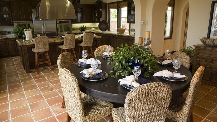 На первый взгляд обычная столовая для большой семьи, но она украшена отличными плетенными стульями.