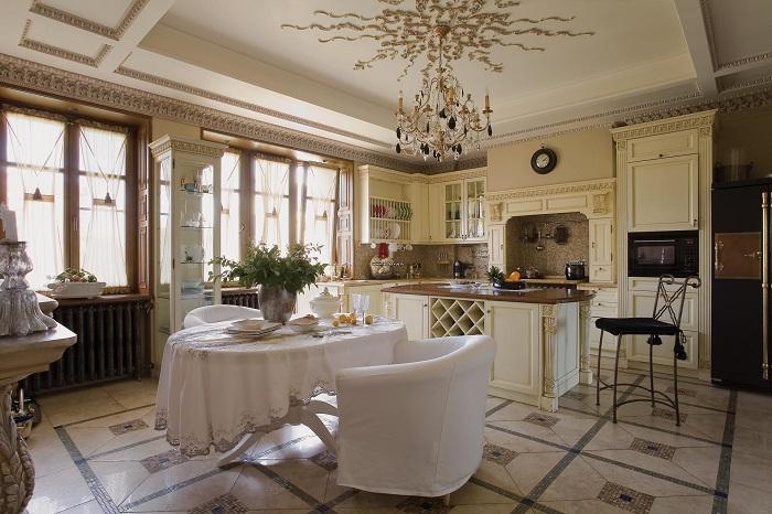 Хороший вариант оформить кухню плавно переходящую в столовую на большой площади, то что понравится любой семье.