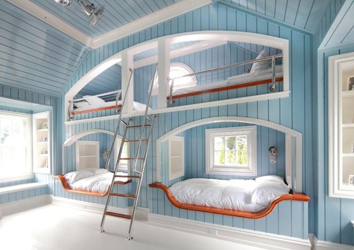 Интересная спальня для мальчиков оформлена специально для четверых детей.