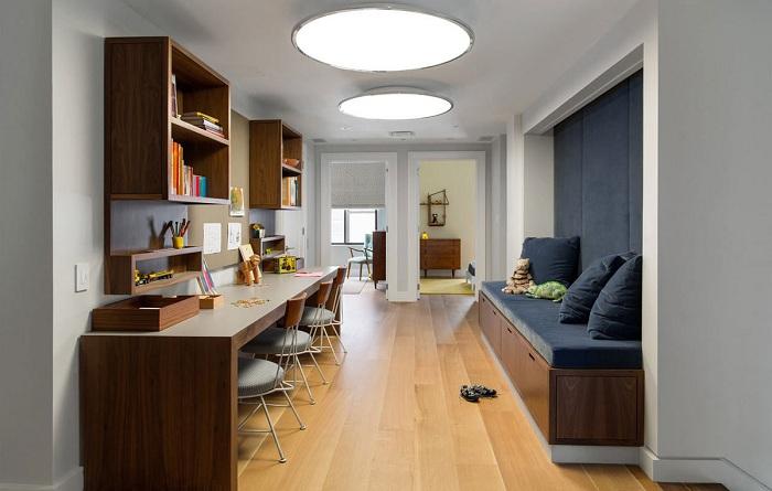 Отличная рабочая зона в большом пространстве станет просто отличным вариантом для оформления комнаты такого типа.