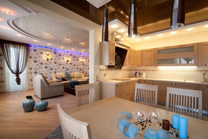 Прекрасный вариант оформления столовой, которая плавно переходит в гостиную, что выглядит весьма удачно и комфортно.