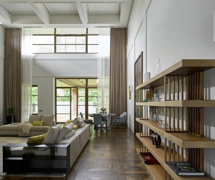 Красивый интерьер такой большой гостиной позволит разместить всех членов семьи.