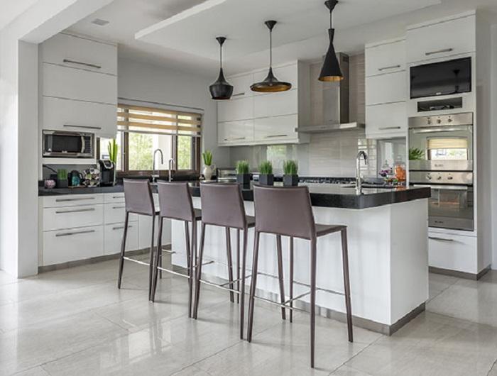 Интересный интерьер в серо-белых тонах, что точно понравится и создаст удобства для большой семьи.