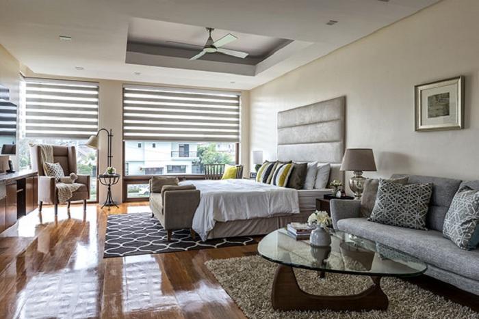 Спальня совмещена с гостиной, что позволяет создать еще более яркие и удобные места для отдыха.