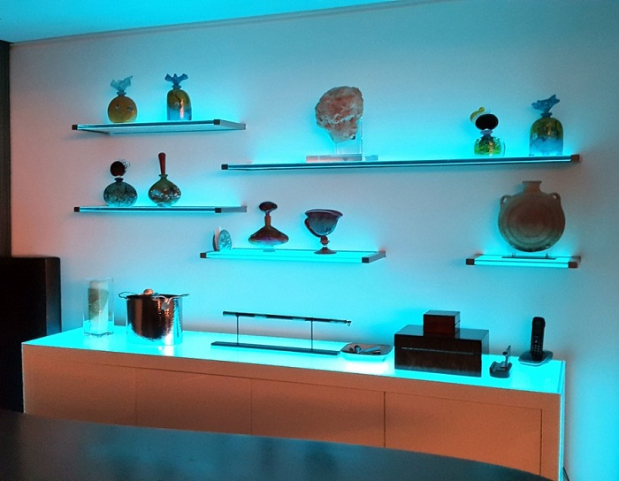 Оригинальные и функциональные стеклянные полки с подсветкой.