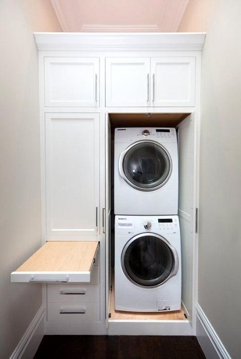 Хорошенький вариант оптимизировать пространство в доме при помощи создания скрытой прачечной.