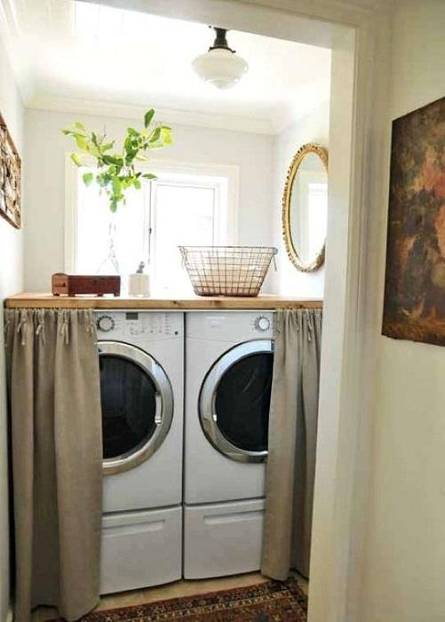 Оригинальное оформление комнаты со стиральными машинами за шторкой, что точно понравится.