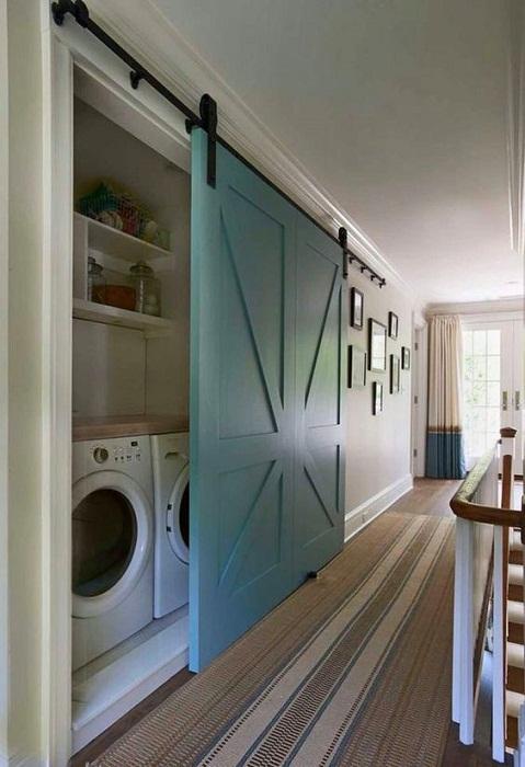 Прекрасный вариант создать оригинальную дверь, что станет просто находкой и хорошим решением для интерьера.