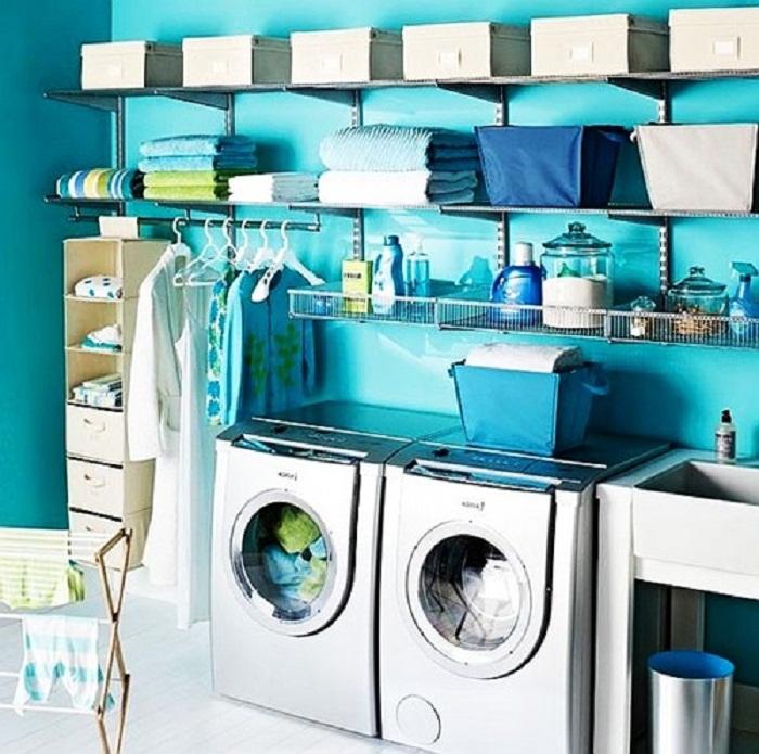 Декорировать комнату возможно благодаря просто прекрасным решениям оформить её в ярких голубых тонах, что создаст легкое и непринужденное настроение.