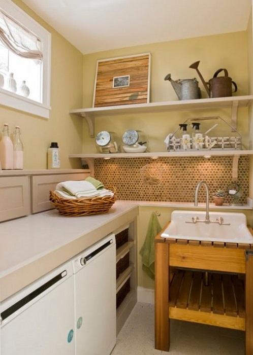 Хороший и весьма приемлемый вариант декорировать комнату для стирки в нежных натуральных тонах, что станет просто самым лучшим решением для оформления комнаты.