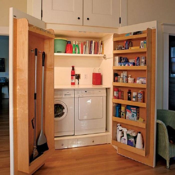Хорошее и практичное решение чтобы создать оригинальное скрытое пространство для хранения домашнего инвентаря.