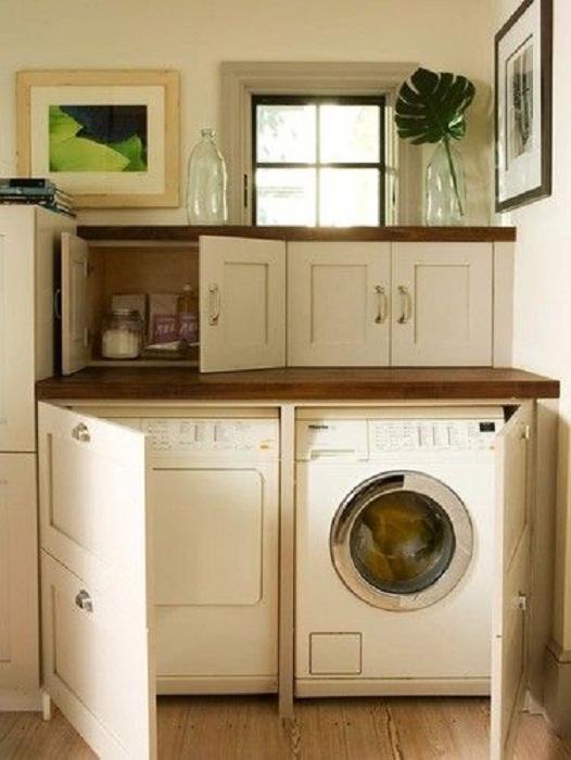 Кухонное пространство оптимизировано благодаря прекрасным решениям с помощью размещения мини-прачечной на кухне.