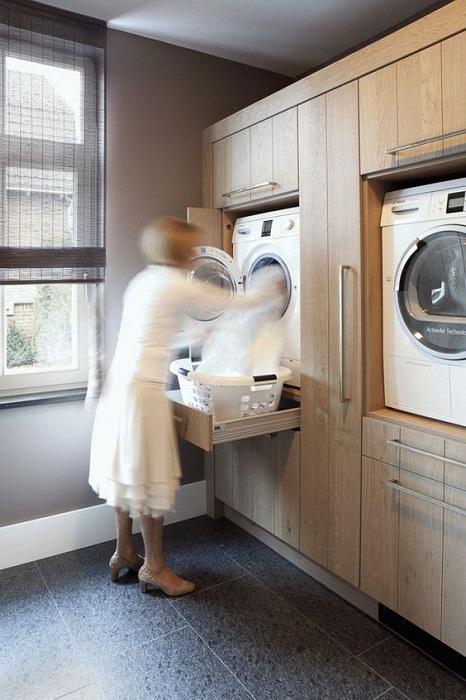 В шкаф вмонтированы стиральные машины, что еще лучше позволяет создать особенную атмосферу дома.