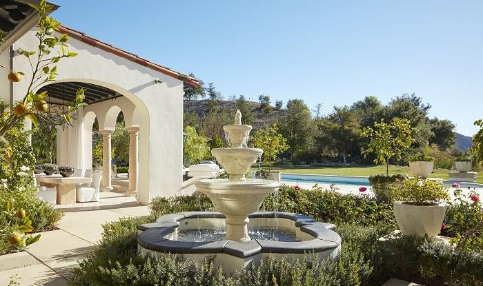 Интересный элемент любого сада - красивый фонтан.