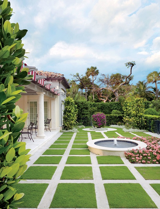 Красивое оформление двора и украшение его фонтаном.