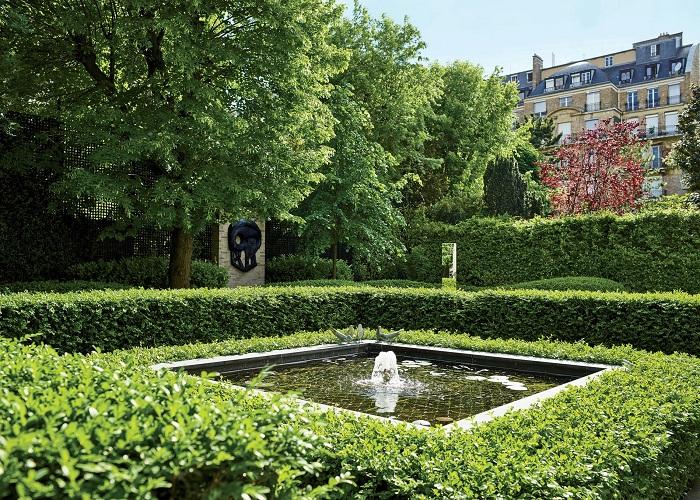 Симпатичный вариант - фонтан квадратной формы во дворе дома.