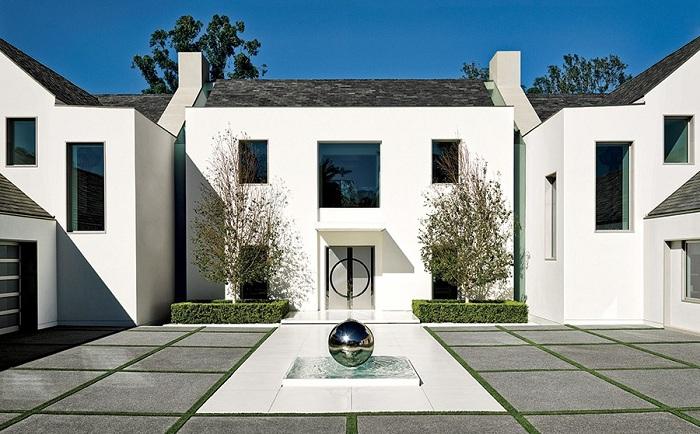 Красивый фонтан-шар станет отличным дополнением к оформлению двора.