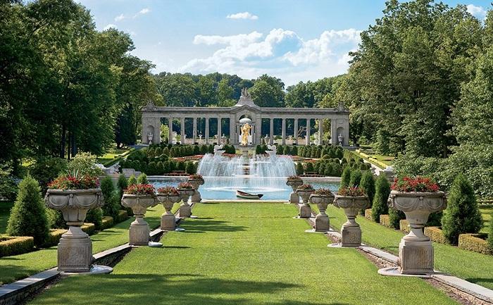 Красивый фонтан с большой площадью - украсит любое место.