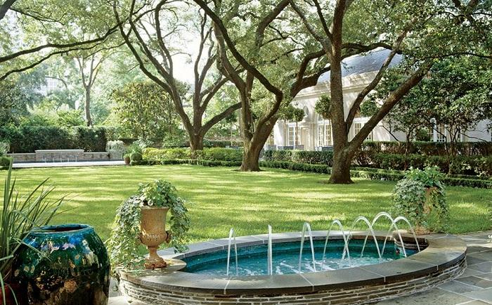 Симпатичный овальный фонтан, украшение для двора.