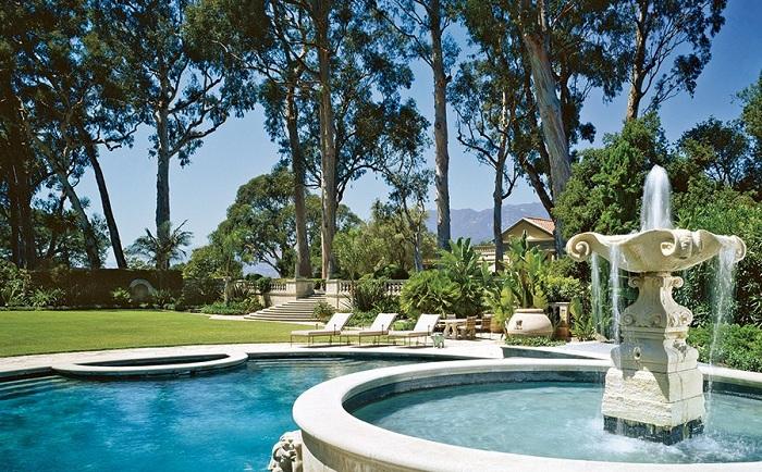 Интересное решение совместить фонтан с бассейном.
