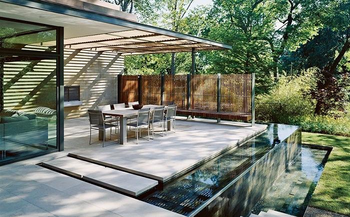 Водное пространство около дома в виде фонтана - самое лучшее решение.