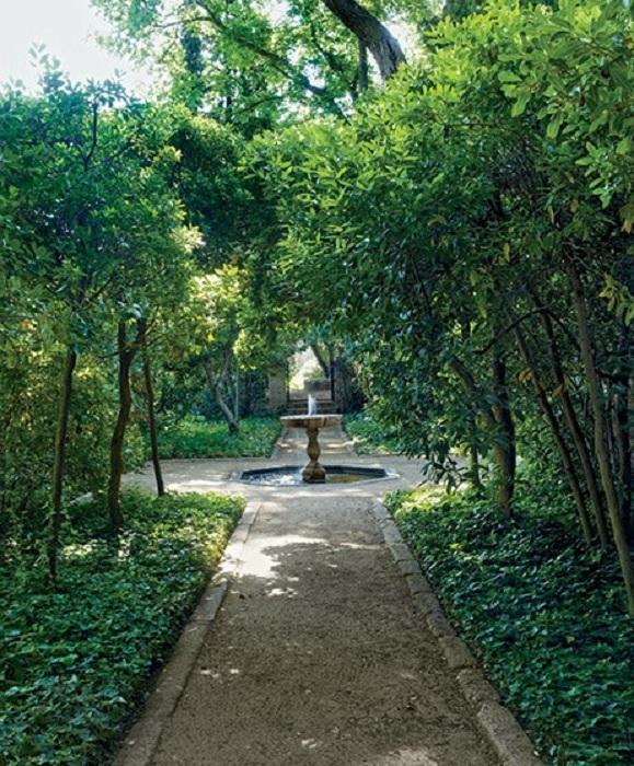 Фонтан в парке - создаст прекрасную атмосферу.