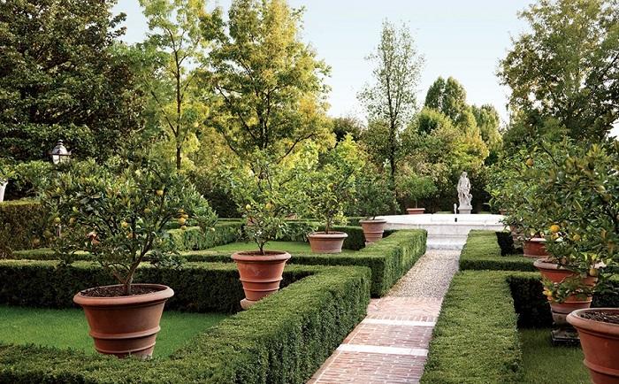 Интересный фонтан в саду, то что украсит интерьер.
