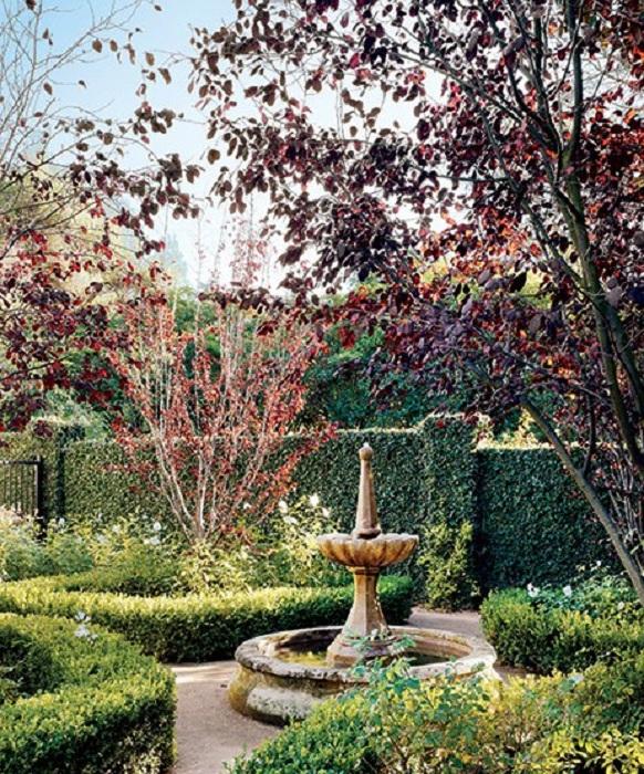 Самое простое, но интересное решение разместить фонтан в саду.