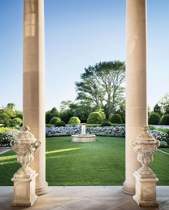 Красивое решение оформить фонтан в старинном стиле.