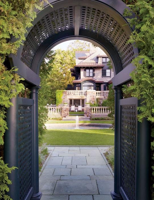 Симпатичный фонтан преобразил двор своим видом.