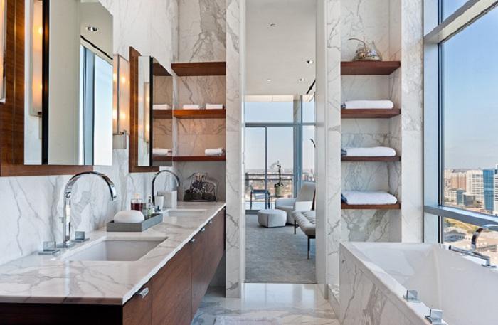 Незабываемый вид открывается с ванной, что просто и оригинально расположилась на высоком этаже.