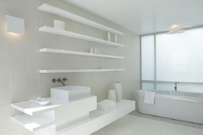 Ванная комната оформлена в белоснежных тонах, что станет просто красивым вариантом декорирования такой комнаты.