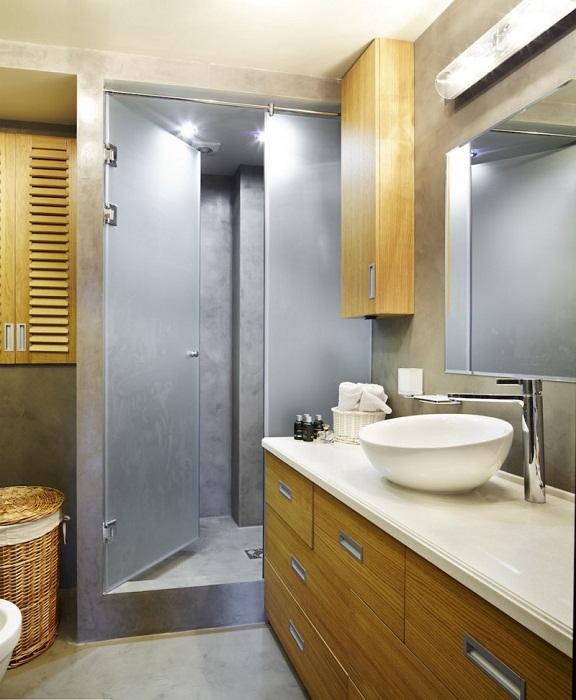 Оформление спальни в светлых тонах с применением деревянных текстур - самое лучшее решение для декора.
