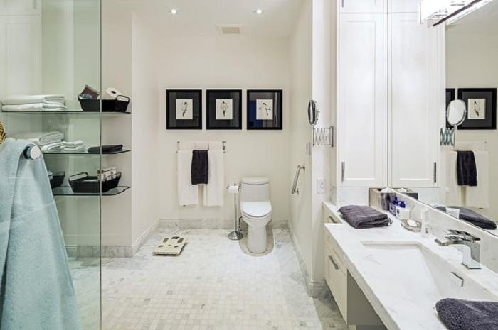 Красивый интерьер в классическом оформлении создан с добавлением стекла, что выглядит очень просто и отлично.
