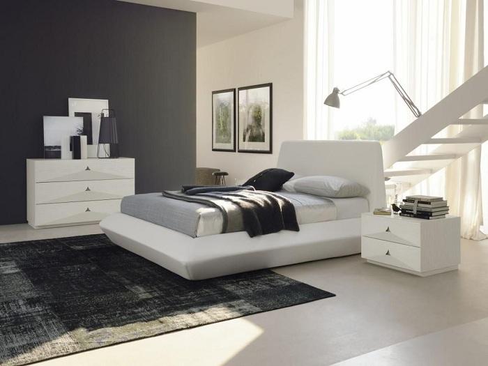 Интересный вариант обустройства спальни в классических черно-белых тонах.