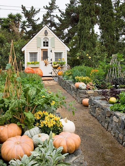 Необыкновенный сказочный сад с каменными грядками просто и симпатично впишется в любой двор.