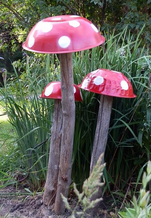 Симпатичные мухоморы станут прекрасным вариантом для украшения двора или сада, то что можно создать своими руками.