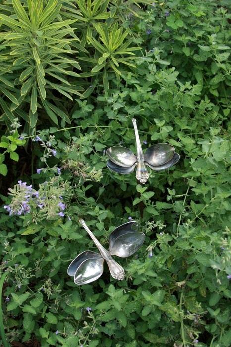 Симпатичный вариант оформления сада при помощи создания таких необычных стрекоз с ложек, то что вдохновит.